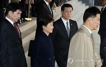 朴元大統領、21時間以上の検察調査を終え帰宅