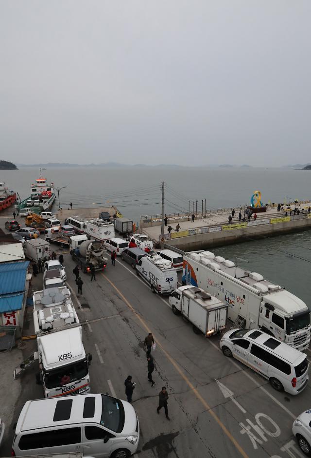 """""""岁月""""号打捞试验附近港口大量媒体车辆聚集"""