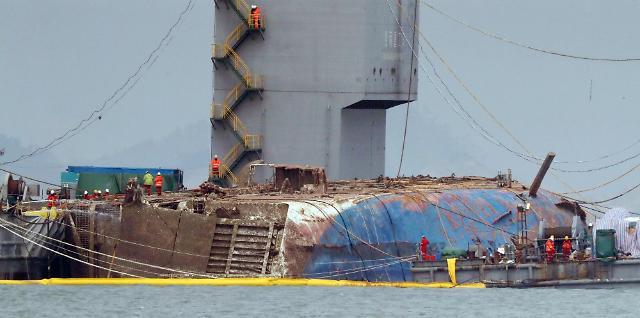 """""""岁月""""号船体已上升至海面上6米 锈迹斑斑"""