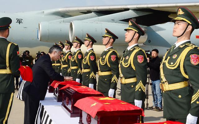 邱国洪大使出席中国志愿军遗骸交接仪式