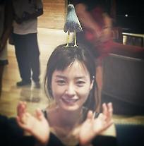 윤식당 정유미, 머리 위에 새 얹고 해맑은 미소…사랑스러운 매력 물씬! [★SNS#]