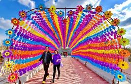 .[GLOBAl PHOTO] Tunnel of pinwheels attracts tourists.