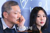 불륜 인정한 홍상수X김민희 ... '밤의 해변에서 혼자' 2만명 돌파!