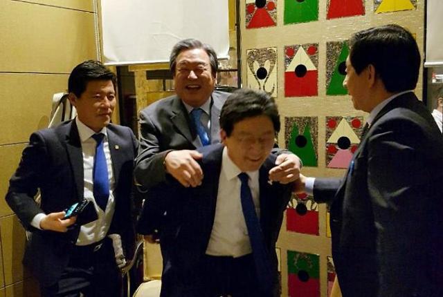 <2017年总统大选>刘承旼与金武星饮酒庆祝 打破不和传言