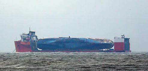 """承载""""世越""""号半潜船因恶劣天气延迟起航"""