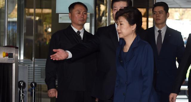 법원 도착한 朴 전 대통령, 시종일관 굳은 표정