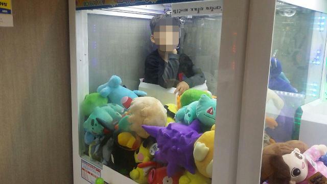"""""""太想要娃娃了!""""韩国萌娃钻进娃娃机终于如愿以偿"""