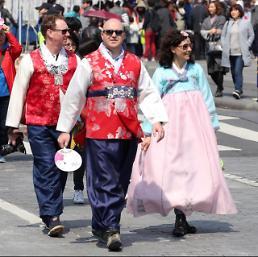 .穿韩服的外国游客.