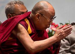 [GLOBAL PHOTO] Dalai Lama greets audiences
