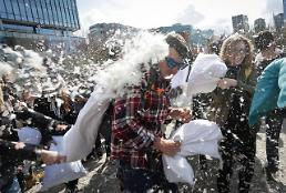 [GLOBAL PHOTO] Pillow fighters celebrate International Pillow Fight Day