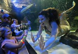 [GLOBAL PHOTO] Mermaid greets children at aquarium