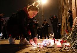 .[GLOBAL PHOTO] Woman pays tribute to victims of St.Petersburg terror attack.