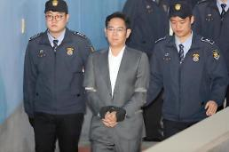 Samsungs de facto head denies bribery charges at first hearing