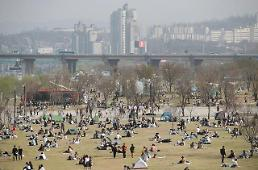 .[PHOTO] Daydreamers enjoy spring at Han River park.
