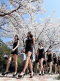 [PHOTO] Outdoor class for models under cherry trees
