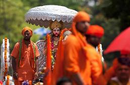 .[GLOBAL PHOTO] Hindus celebrate birthday of monkey-god.