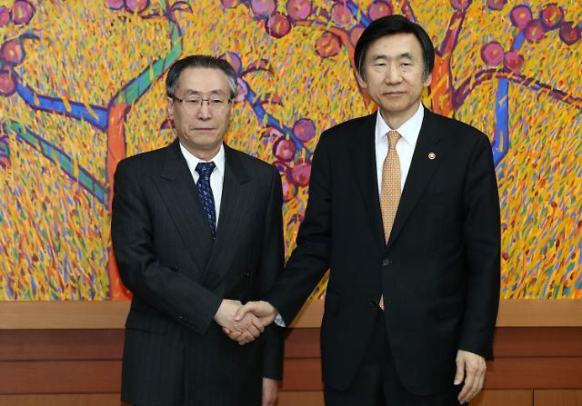 [10日,武大伟(左)在位于首尔都染洞的外交部大楼同韩国外交部长官尹炳