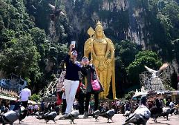 .[GLOBAL PHOTO] Tourists take selfie at Malaysias tourist spot.