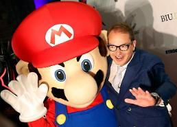 .[GLOBAL PHOTO] Photo time with Mario.