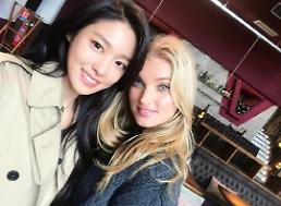 .AOA雪炫晒与瑞典超模Elsa Hosk合照.