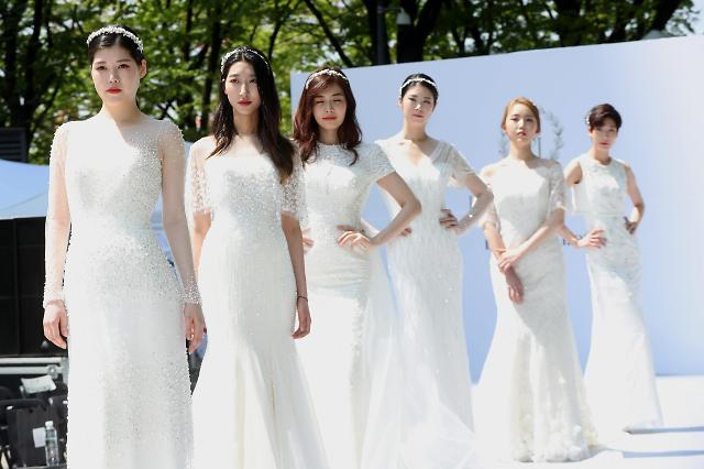 """""""今天我要成为自己的新娘!"""" 个人婚纱照受单身贵族热捧"""
