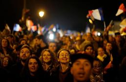 .[GLOBAL PHOTO] Supporters listen to French President-elect Emmanuel Macrons speech .