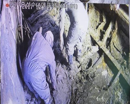 """<快讯>""""世越""""号4层疑似发现2块人骨"""