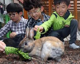 [PHOTO] School children participate in animal farm experience