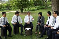 「疎通」の文在寅大統領、青瓦台職員たちと3千ウォンの昼食