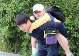 .School teacher piggybacks injured student during two-day field trip.
