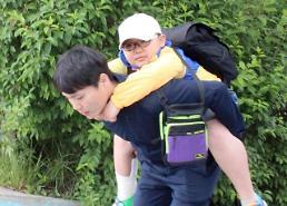 School teacher piggybacks injured student during two-day field trip