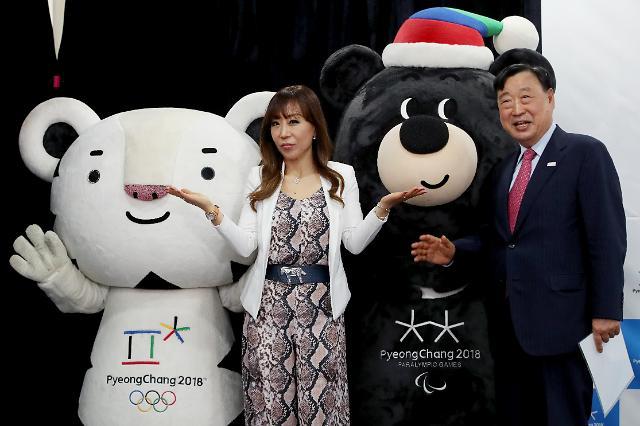 "女高音歌唱家曹秀美与吉祥物""Soohorang""、""Bandabi"""