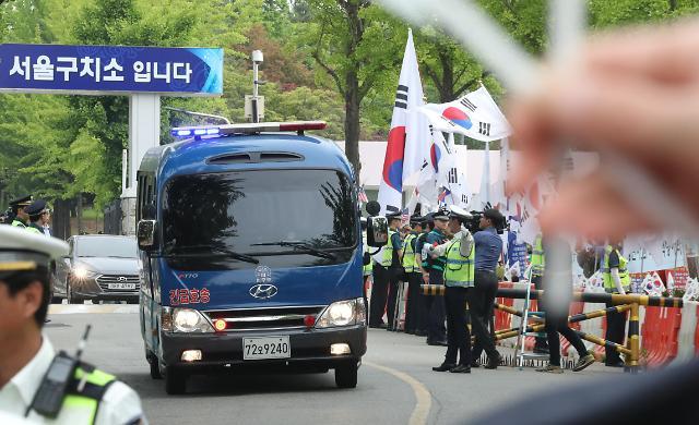 押送朴槿惠的车辆离开拘留所