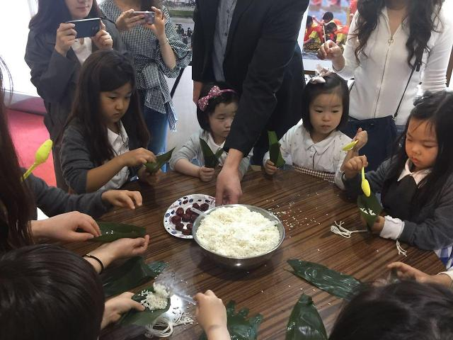 [AJU VIDEO] 韩国小朋友学习包粽子 体验中国端午文化