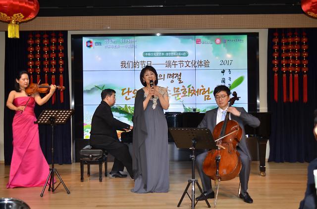 [AJU VIDEO] 韩歌唱家演唱《月亮代表我的心》 发音很标准~~