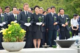 .卢武铉离世八载 引万人追思.