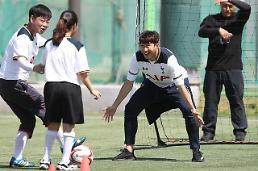 .[PHOTO] Son attends as one-day football teacher for disabled kids.