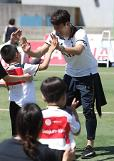 [PHOTO] Son attends as one-day football teacher for disabled kids