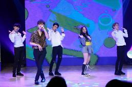 """[아주스타 영상] 그룹 하이라이트 용준형 """"크리샤 츄, 예쁘게 봐달라…함께 할 수 있게 돼 좋아"""""""
