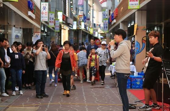 """韩传统市场不再""""传统"""" 年轻人加入注新鲜血液"""