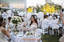 도심 광장에 피운 순백의 꽃…디네 앙 블랑 서울, 롯데월드타워 아레나 광장서 진행