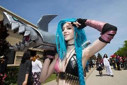 [GLOBAL PHOTO] Cosplayer poses for photos at 2017 Anime North in Toronto