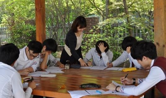 韩政府计划5年内增1.6万名教师