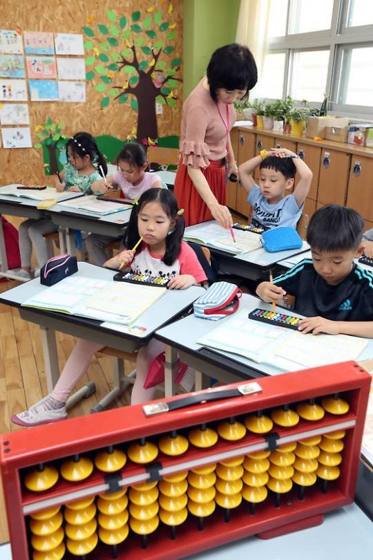 韩国小学课后辅导也复古 珠算围棋汉字教育人气高涨