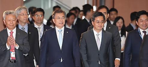 韩财长寄语亚投行:可持续基建支撑就业