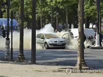 """파리 샹젤리제 거리 차량 돌진·폭발...""""테러 연관성 조사중"""""""