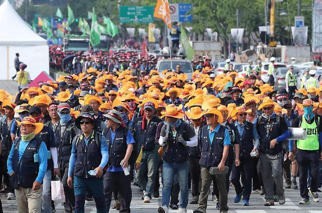 韩国建设工会在光化门举行2天1夜大规模游行