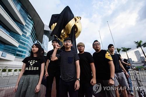 [금주의 핫피플] 홍콩 우산혁명 주역 조슈아 웡, 주권 넘긴지 20년 알리려 검은 천 시위