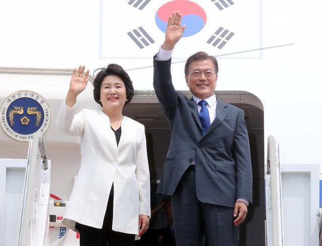 韩国总统文在寅与夫人金正淑启程访美