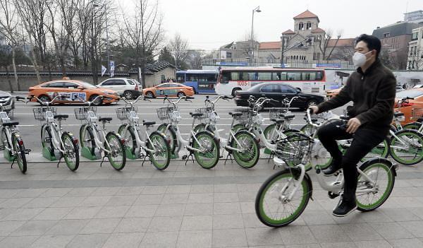 """本月7日起首尔市""""共享单车""""将无需注册直接使用"""